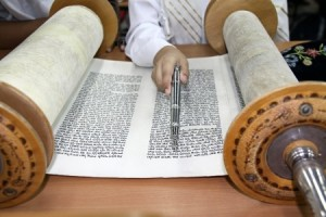 Reading a Torah Scroll