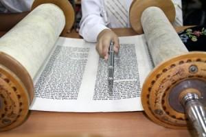 Reading a Torah Scroll